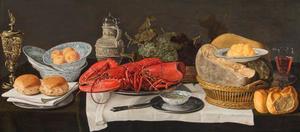 Stilleven met kreeft, druiven en kaas in manden, een kruik, een gildebeker en brood