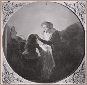 Moeder die een kind verzorgt in een interieur