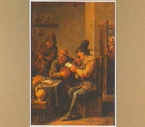Drie musicerende mannen rond een tafel met rechts een vrouw die om het hoekje van de deur meeluistert