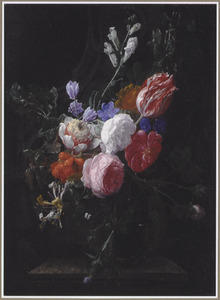 Bloemen in een glazen vaas op een marmeren voetstuk