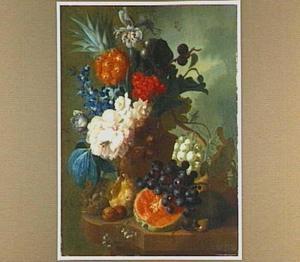 Stilleven van vruchten en een vogelnestje naast een terracotta vaas met bloemen op een stenen plint