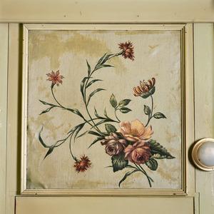 Fragment van een met bloemen beschilderd behangsel