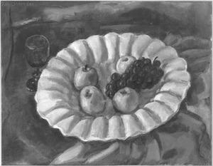Appels en druiven op witte porceleinen schaal