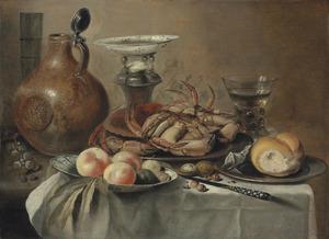 Stilleven met zoutvat, krabben en vruchten op een porseleinen bord