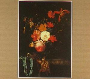 Bloemen in een glazen vaas en een zakhorloge op een marmeren blad