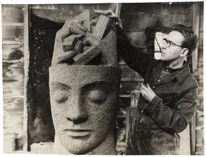 Louis van Roode maakt het kleimodel voor het beeldhouwwerk 'De Wacht'