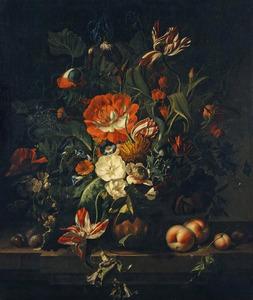 Bloemen in een terracotta vaas, met vruchten, op een stenen balustrade