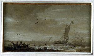 Zeegezicht met zeilboten en een roeiboot met vissers in de voorgrond