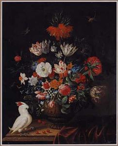 Bloemen in een terracotta vaas op een tafel, met een kaketoe en libellen