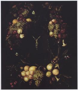Vruchtenkrans rond om een (later toegevoegd?) crucifix