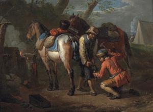 Twee mannen die paarden beslaan in een boslandschap, een kampement in de verte