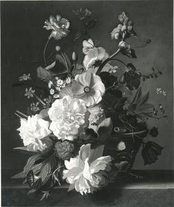 Bloemen in een rieten mand op een marmeren blad