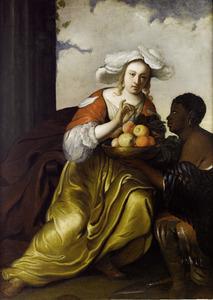 Een vrouw krijgt fruit aangereikt door een bediende