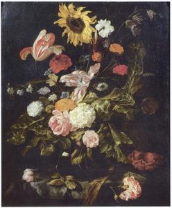 Bloemstilleven in een glazen vaas op een gedeeltelijk met een kleed bedekte marmeren plint