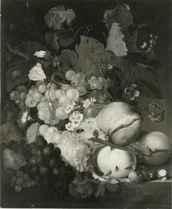 Vruchten, bloemen en insekten op een marmeren blad
