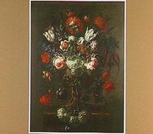 Bloemstilleven met rozen, papavers en Gelderse rozen in een bronzen vaas