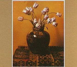 Lila tulpen in een gemberpot