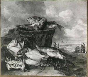 Stilleven met zeevissen, kreeft en krab op het strand; rechts op de achtergrond vissers en de zee