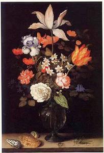 Bloemen in een glazen vaas op een stenen plint met drie schelpen, een spin en een sprinkhaan