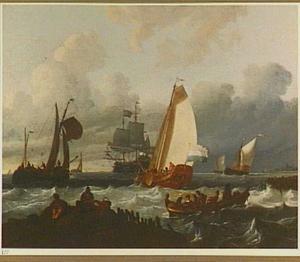 Een statenjacht en andere vaartuigen voor een kust; rechts op de achtergrond het silhouet van een havenstad