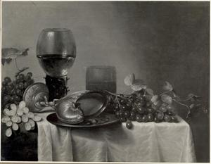 Stilleven met nautilusbeker, roemer, bekerglas en druiven