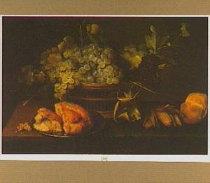 Stilleven van druiven in een mand, stukken brood op een tinnen bord en een maiskolf