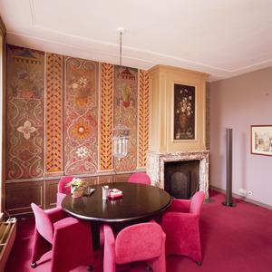 Kamer met 18de-eeuwse ornamentele muurschilderingen en schoorsteenstuk voorzien van 'papier peint'