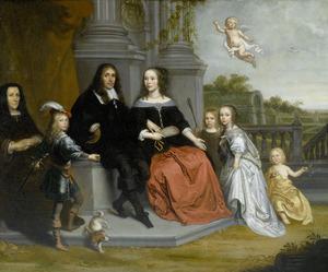 Portret van een familie, gezeten op een terras in een formele tuin