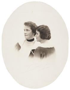 Portret van Anna Agatha Geertruida Gevaerts (1873-1941) en Wilhelmina Adriana Geertruida van de Poll (1901-1958)