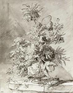 Bloemstilleven in een terracotta vaas, versierd met putti, op een stenen plint