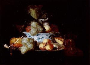 Stilleven van vruchten, een krab en een pijp rondom een Wan Li-kom