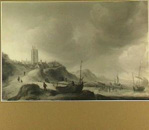 Gezicht op Egmond aan Zee met vissers op het strand