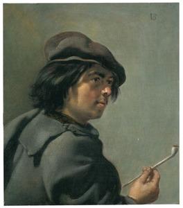 Een jonge man met een pijp