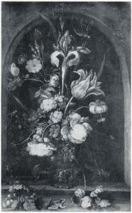 Bloemen in een roemer, met een hagedis, sprinkhaan en kikker, in een nis