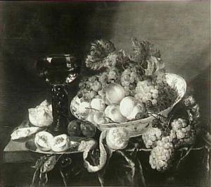 Stilleven met fruit in een porseleinen schaal en een