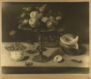 Stilleven van appels, pruimen en vijgen op een tazza, een kommetje met aardbeien waarin een anjer is gestoken en een meloen