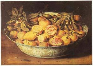 Stilleven van granaatappels, citroenen en oranjeappels in een porseleinen kom