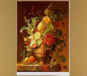 Een vaas met bloemen op een marmeren tafel