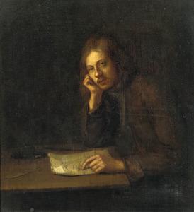 Zittende jonge man met een brief