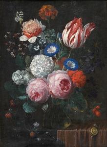 Bloemen in een glazen vaas op een stenen plint, deels bedekt met een tafelkleed