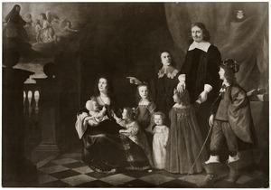 Portret van een familie met linksboven een voorstelling van Christus de kinderen zegenend: 'Laat de kinderen tot mij komen'
