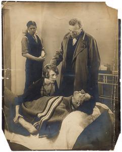 Herbert Fiedler als figurant (liggend) bij UFA, Berlijn, ca. 1926