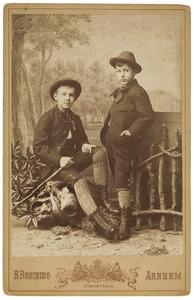 Portret van Marius Albert van der Haer (1874-?) en Philip Maurits (Mauke) van der Haer (1877-?)
