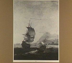Brits oorlogschip en zeilbootjes voor een mediterrane kust