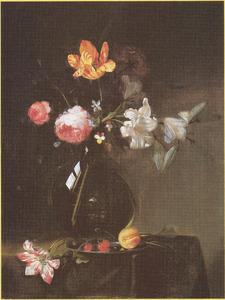 Bloemen in een glazen vaas en vruchten op een tinnen bord, op een gedekte tafel