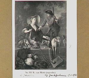 Jager naast een vrouw met een uitstalling van wild, gevogelte en groente