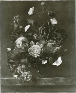 Bloemen in een glazen vaas, met vlinders, op een marmeren blad
