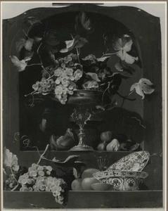 Stilleven met druiven op een tazza in een wandnis