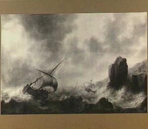 Schepen in zwaar weer voor een rotsachtige kust