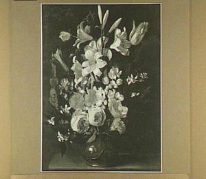 Bloemstilleven van irisen en rozen  in een geornamenteerde vaas